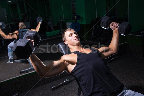 Bello panchina stampa esercizio bodybuilder Foto d'archivio © julenochek