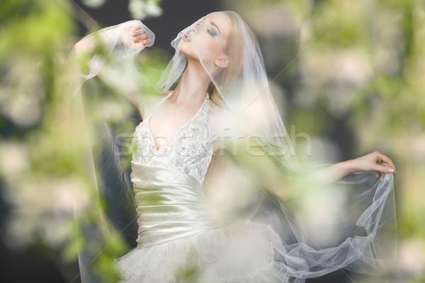 Közelkép álomszerű gyönyörű szőke nő menyasszony sétál Stock fotó © julenochek