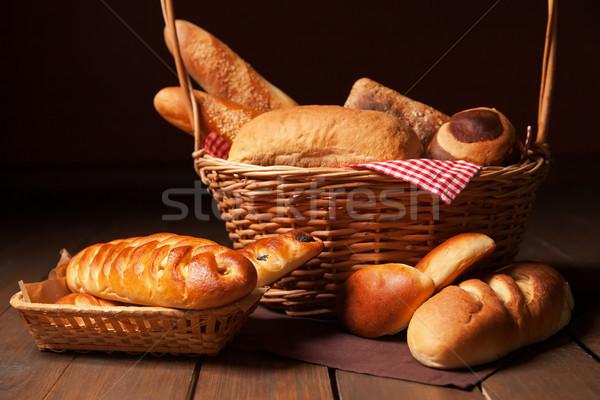 Egyezség kenyeres kosár fa asztal búza reggeli kosár Stock fotó © julenochek