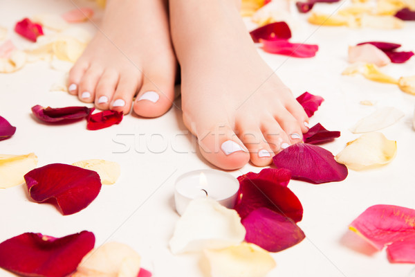 Homme soft pieds pétales de rose permanent Photo stock © julenochek