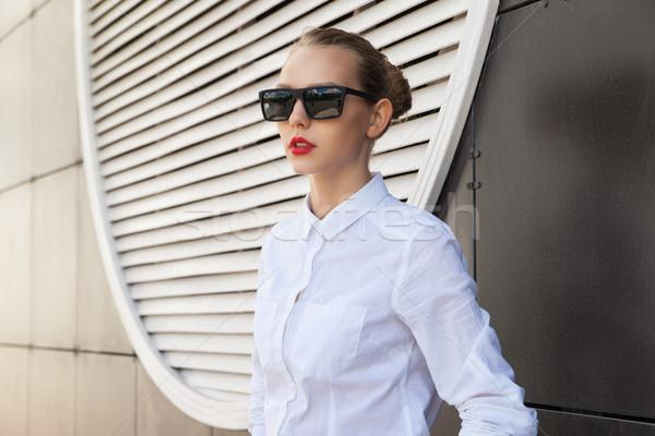 Portré fiatal nő piros ajkak napszemüveg másfelé néz elegáns Stock fotó © julenochek