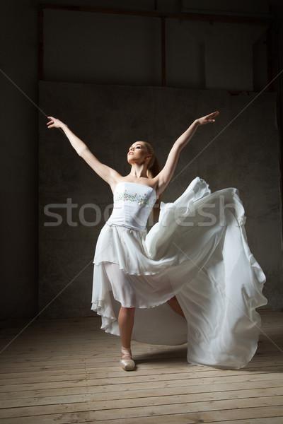 Gyönyörű balett-táncos fehér jelmez integet szoknya Stock fotó © julenochek