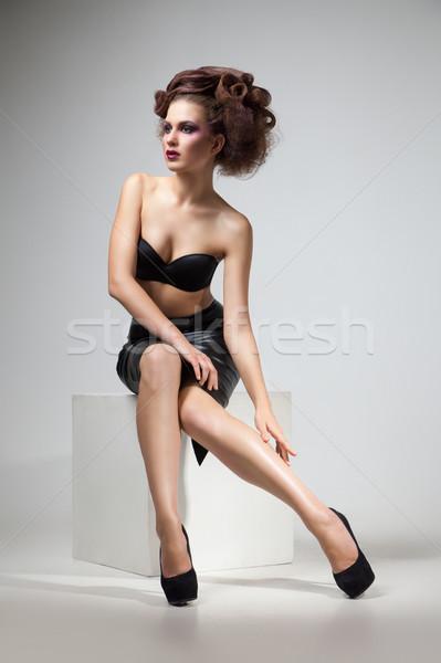 Morena peinado posando blanco cubo Foto stock © julenochek
