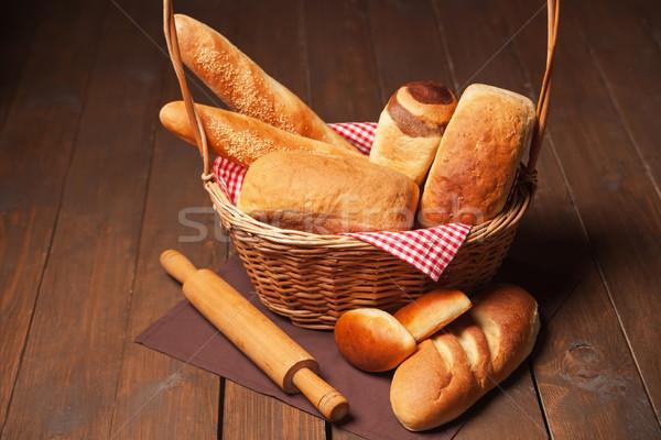 Egyezség kenyeres kosár sodrófa fa asztal búza reggeli Stock fotó © julenochek