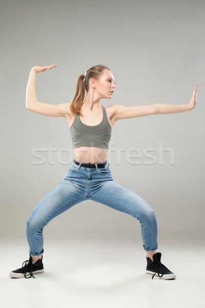Meisje pose vechtsporten grijs portret jonge Stockfoto © julenochek