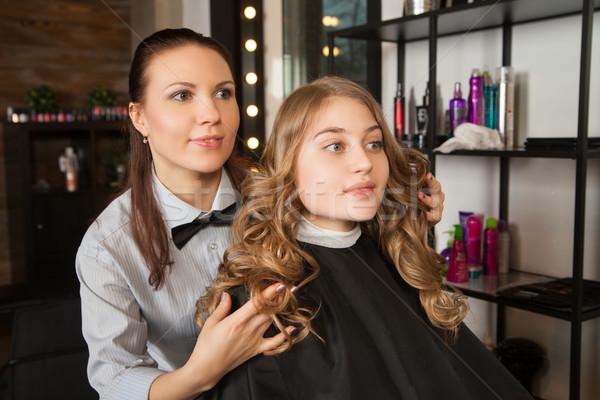 Fodrász eredmény stylist mutat nő vízszintes Stock fotó © julenochek