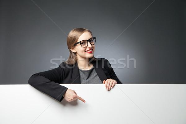 Stockfoto: Glimlachende · vrouw · wijzend · portret · mooie · jonge · vrouw