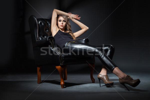 Gyönyörű barna hajú fekete bőr szék portré Stock fotó © julenochek