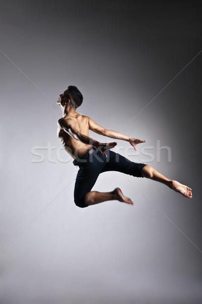 Uomo ginnastica salto grigio dance Foto d'archivio © julenochek