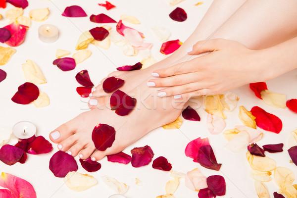 Női gyengéd kéz fektet lábak közelkép Stock fotó © julenochek