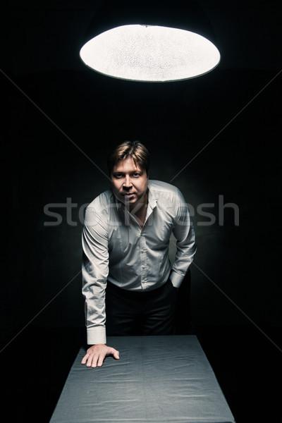 Stockfoto: Man · donkere · kamer · verlicht · lamp · permanente