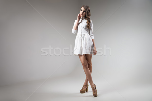 Fată rochie de culoare alba prezinta gri tineri model Imagine de stoc © julenochek