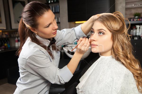 Stylista uzupełnić klienta twarz kosmetyki kobieta Zdjęcia stock © julenochek