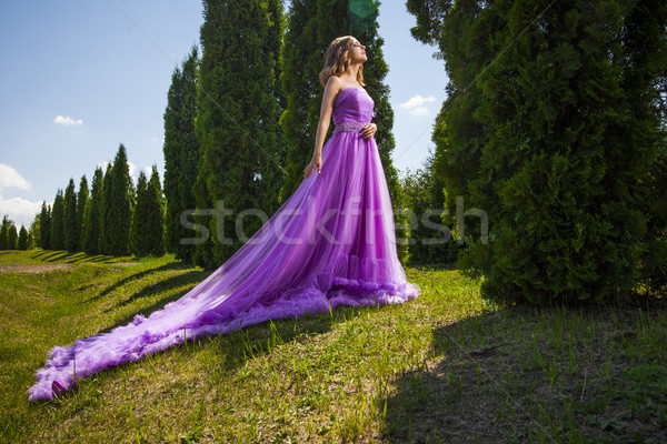 Belle femme longtemps rose robe comme princesse Photo stock © julenochek
