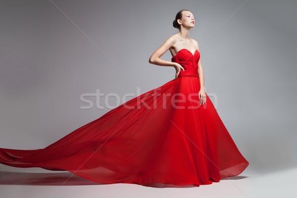 cd1ee105603789 Model vliegen rok rode jurk portret blonde vrouw Stockfoto © julenochek
