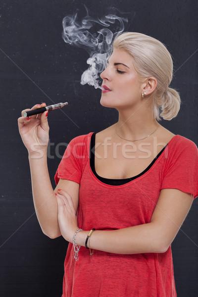Elegante loiro mulher fumador nuvem fumar Foto stock © juniart