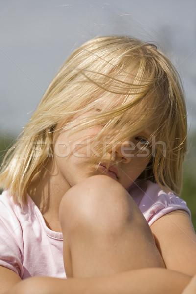 Knorrig naar jong meisje buitenshuis portret Stockfoto © Kajura