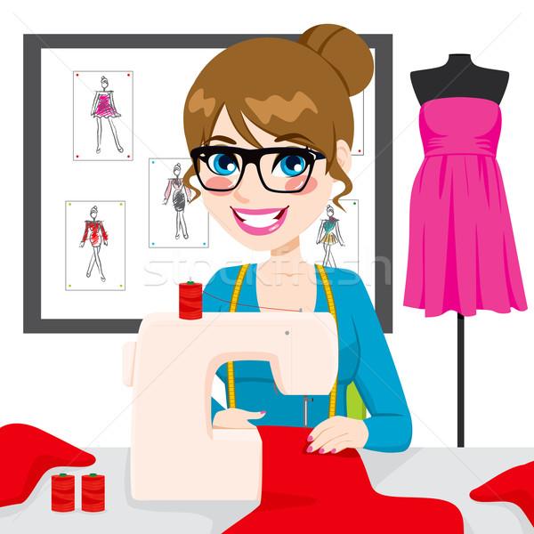 Дизайнер шьет одежду