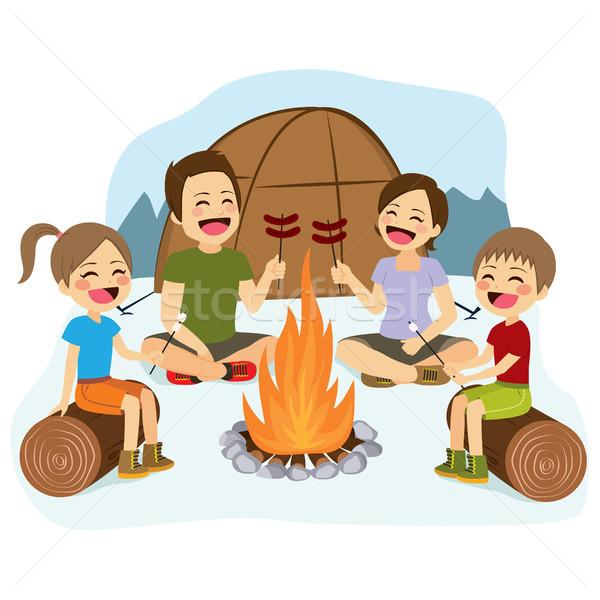Família fogueira família feliz cozinhar salsichas menina Foto stock © Kakigori