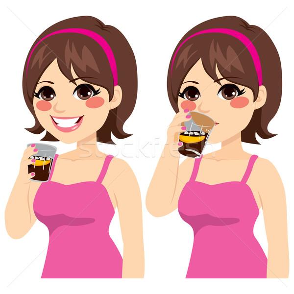 Kobieta pitnej cola piękna młodych brunetka Zdjęcia stock © Kakigori