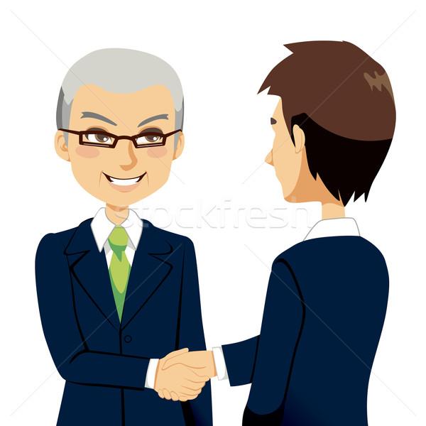 Vendeur handshake supérieurs expérimenté agent accueil Photo stock © Kakigori