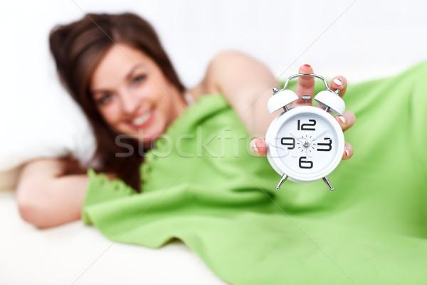 Stock fotó: Boldog · nő · ágy · ébresztőóra · mosolygó · nő · tart