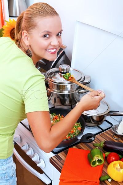 Nő ételt készít mosolyog fiatal nő konyha szakács Stock fotó © kalozzolak