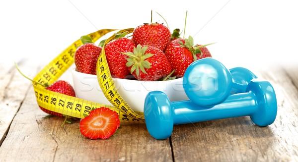 Egészséges élet eprek mérőszalag súlyok fitnessz eper Stock fotó © kalozzolak