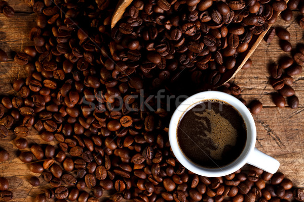 Beker koffie koffiebonen houten pollepel rustiek Stockfoto © kalozzolak