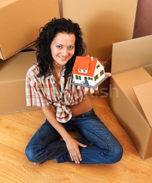 Kobieta miniatura domu atrakcyjny młoda kobieta oferowanie Zdjęcia stock © kalozzolak