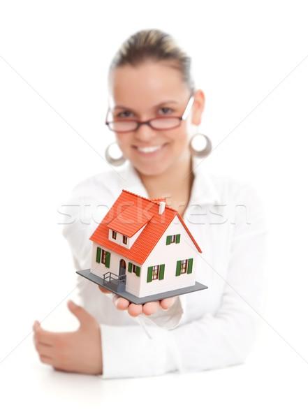 Atrakcyjna kobieta oferowanie miniatura domu skupić Zdjęcia stock © kalozzolak