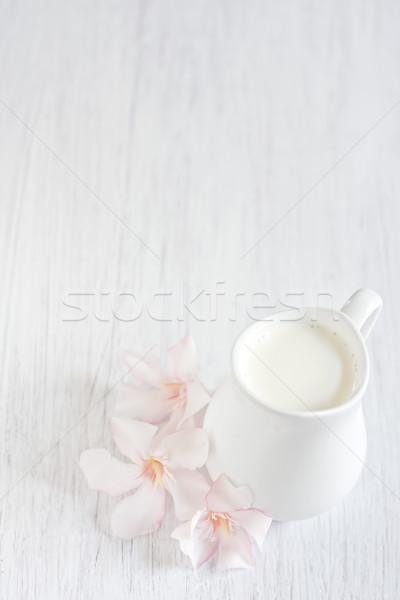 Creme pequeno branco jarro mesa de madeira rosa Foto stock © Karaidel