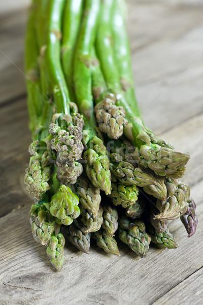 Szparagów zielone stare drewno tabeli wiosną Zdjęcia stock © Karaidel