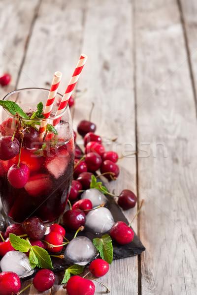 Wiśniowe soku mięty pozostawia dojrzały Zdjęcia stock © Karaidel