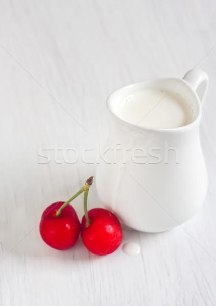 Creme cereja pequeno branco jarro mesa de madeira Foto stock © Karaidel