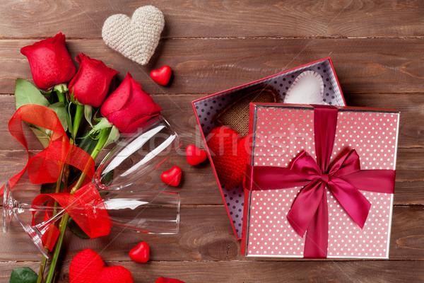 Saint valentin coffret cadeau roses champagne verres coeurs Photo stock © karandaev