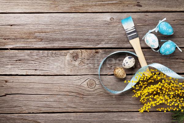 Coloré œufs de Pâques brosse fleur table en bois haut Photo stock © karandaev