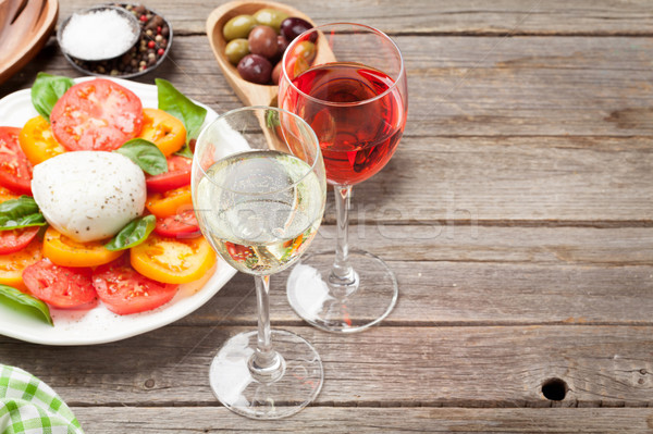 Bianco rosa bicchieri di vino insalata caprese tradizionale italiana Foto d'archivio © karandaev