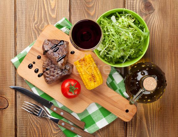 Steak gegrillt Mais Salat Rotwein Holztisch Stock foto © karandaev