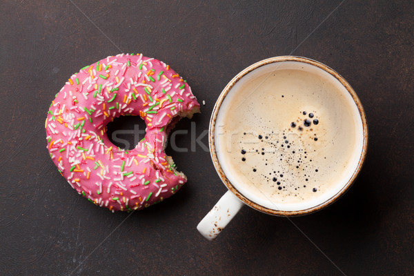 Tasse de café donut rose pierre table haut Photo stock © karandaev