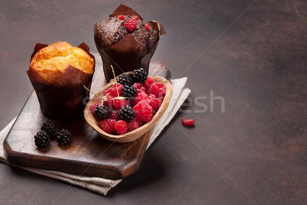 Muffinok bogyók vágódeszka háttér reggeli iskolatábla Stock fotó © karandaev
