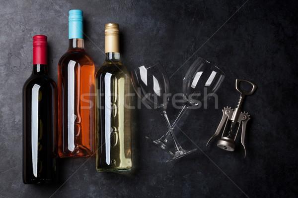 Rosa vermelha vinho branco garrafas copos de vinho pedra Foto stock © karandaev