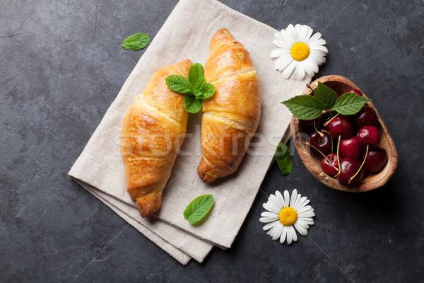 Frischen Croissants Kirsche Beeren Kamille Blumen Stock foto © karandaev