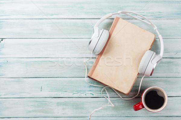 Audio boek hoofdtelefoon koffie houten tafel top Stockfoto © karandaev