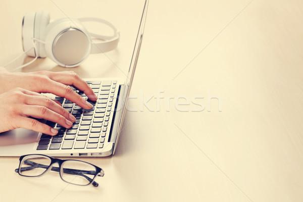 Kadın çalışma dizüstü bilgisayar eller yazarak klavye Stok fotoğraf © karandaev