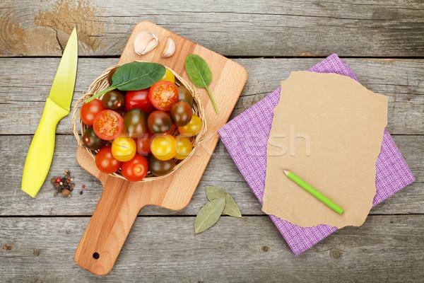 Pomodorini tagliere tavolo in legno carta copia spazio legno Foto d'archivio © karandaev