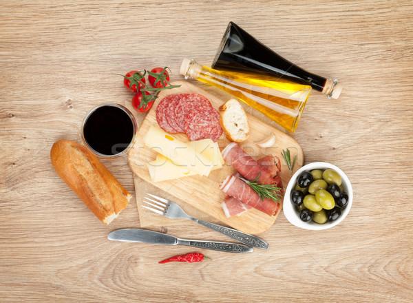 Vörösbor sajt olajbogyók paradicsomok prosciutto kenyér Stock fotó © karandaev