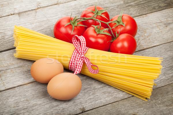 Foto stock: Macarrão · tomates · ovos · mesa · de · madeira · madeira · fundo