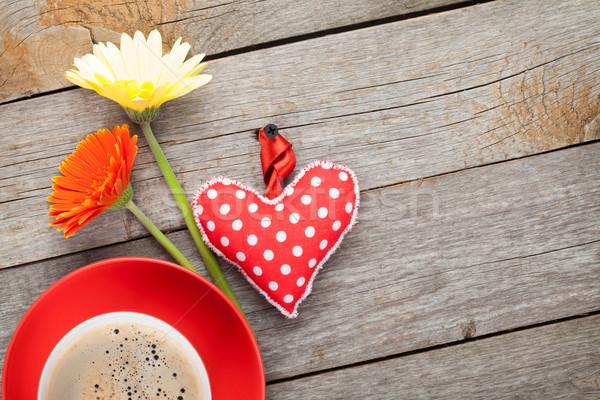 Copo café coração brinquedo flores mesa de madeira Foto stock © karandaev