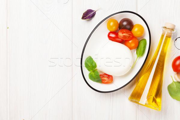 Foto stock: Mozzarella · tomates · albahaca · aceite · de · oliva · mesa · de · madera · superior